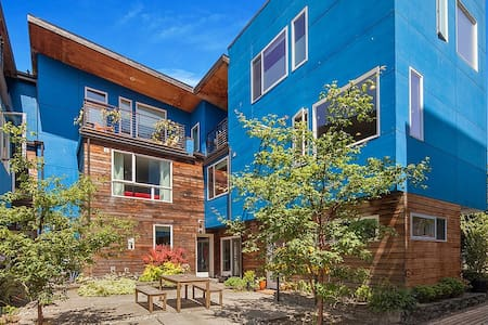 Stay in a modern townhome that won the American Institute of Architects Future Shack competition! My home is centrally located within walking distance to downtown and great ethnic food. Two bedrooms, each with queen bed and their own bathrooms.
