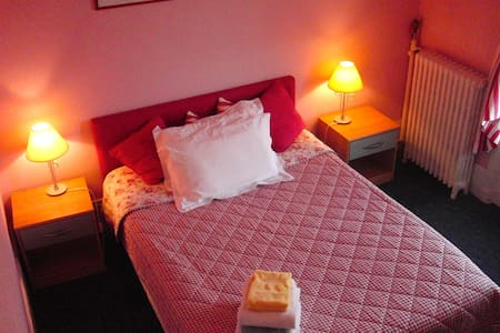 Pretty Red Dble Room - Saint-Germain-en-Laye