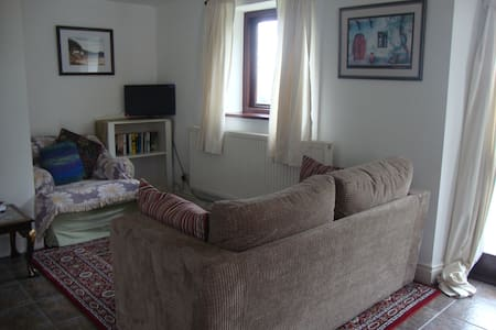 Dog friendly, cosy cottage in farm setting. - Penperlleni - House
