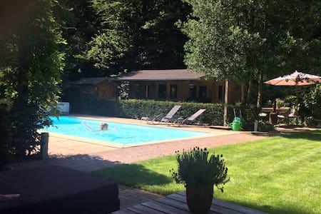 Luxe woning met zwembad aan bosrand - Ház