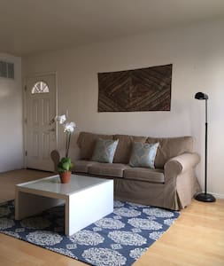 A block from the ocean!! Absolute BEST 2 bedroom value on Airbnb for this location.  Entire 2 bedroom to yourself, GATED PARKING!  No one has that here :)  Fully equipped kitchen,  LAUNDRY right in your apt, bikes available.  Abbott Kinney 2 blocks.