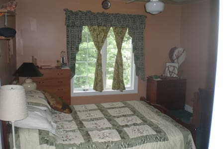 Large bedroom with hall bathroom  - Great Falls - Hus