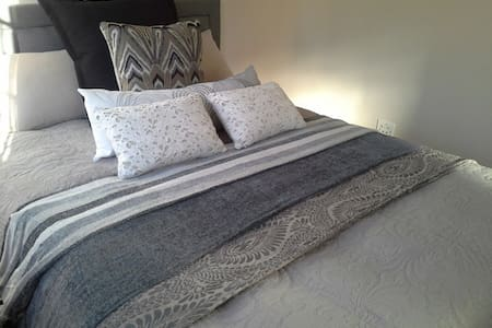 Clare's Bed and Breakfast Cottage - Bed & Breakfast