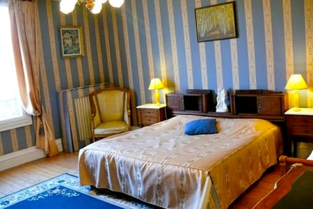 chambre triple au château - Quesmy - Bed & Breakfast