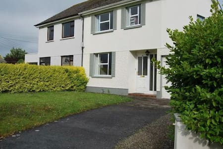 The heart of Ennis gateway to the west Quiet residential neighbourhood, newly decorated spacious 3bd 2 bath house. Beautiful fireplace, New appliances, Bike shed, two car driveway. Enjoy the convenience of Internet, T.V. all amenities close by.