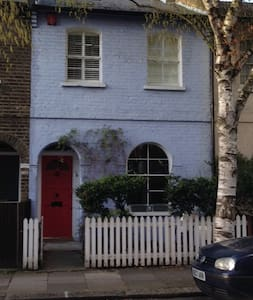 Cottage for rent in Chiswick