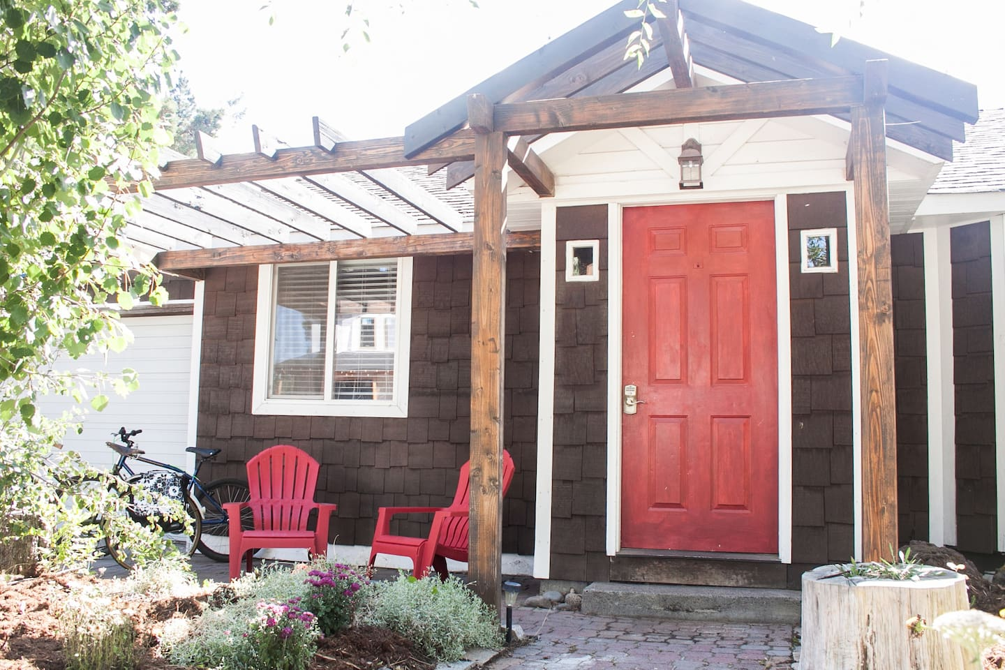 Cinder Cone Cottage is just 3-4 blocks from 10 Barrel & all the fun on Galveston Ave!