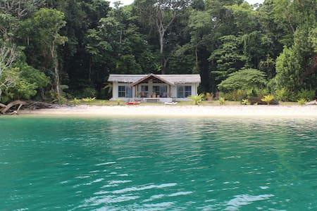 Malvanua Island Beach House - Luganville