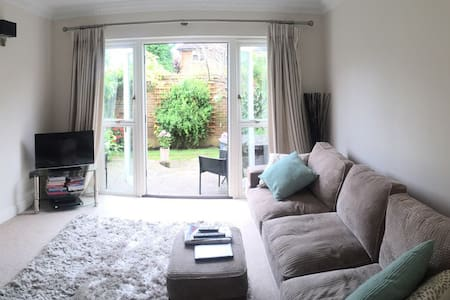Charming, peaceful double room - Esher - Casa