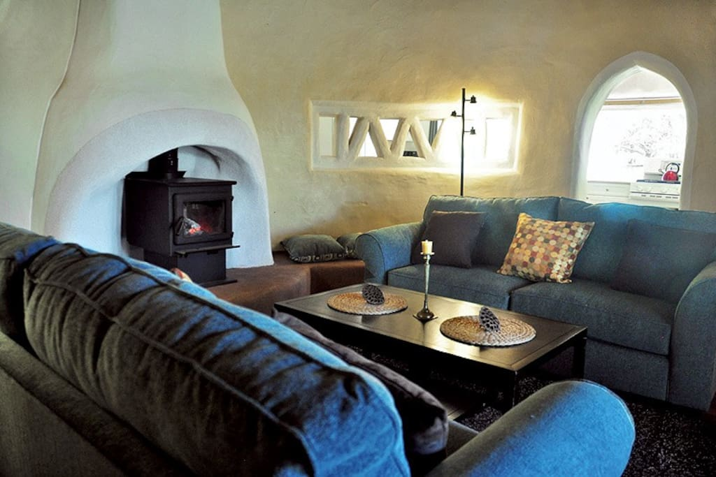 The round living room is cozy and comfy: cool in the summer and warm in the winter – a great place to gather in the evening.
