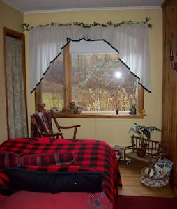 BEAR'S LAIR-SMALL ROOM, SHARED BATH - Remsen