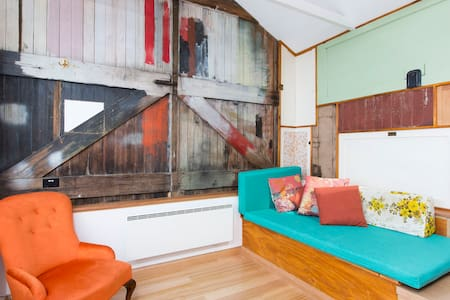 Funky Central Loft Studio - West Hobart - Loft