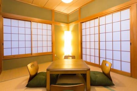 箱根 温泉圣地 远离尘嚣 日式独栋可容纳14人的四室一厅!被群山包围静谧优雅!随身免费wifi