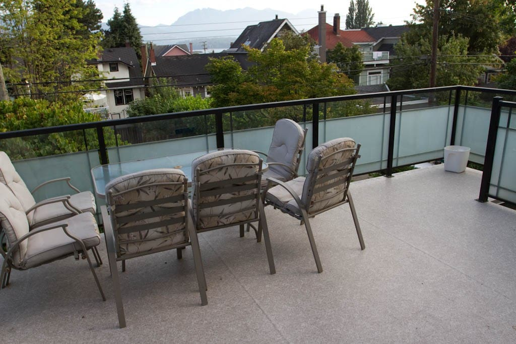 Spacious Deck: Mountain and Ocean Views. Steps away from the Beach. Peaceful.