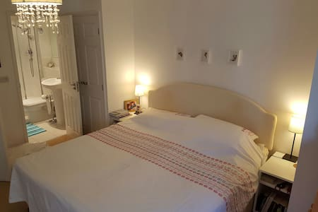 Lovely 2 Bed Apartment with Parking - Apartment