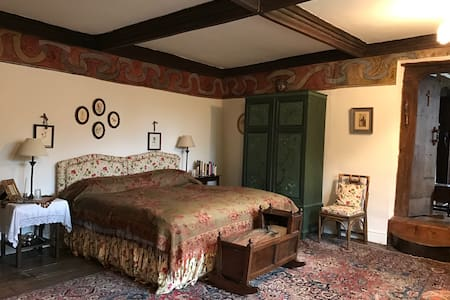 Charming Guest Chamber 15th Century Wall Paintings - Wellington - Bed & Breakfast