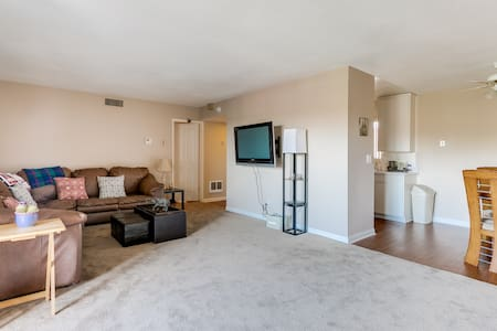 Private Bedroom + bath Central LA - Leilighet