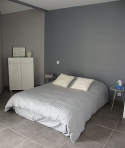 Private bedroom and bathroom - cornebarrieu - Huis