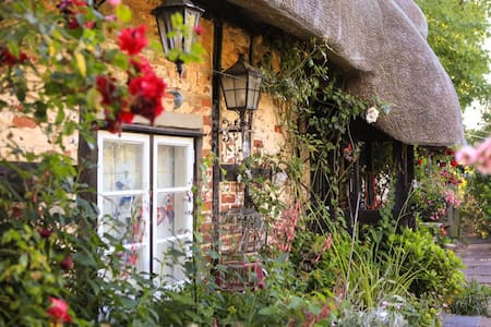 Cosy room in Tudor thatched cottage - Hampshire - Bed & Breakfast