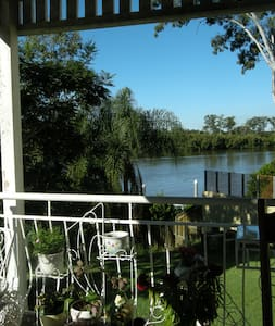 Riverfront paradise close to city - Chelmer