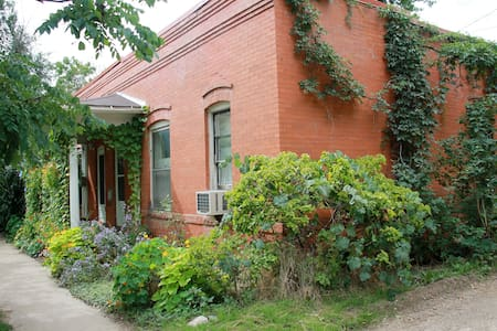 Charming Downtown Brick Duplex - Boulder - Apartment