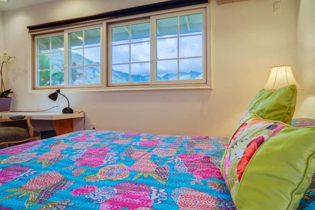 Hardwood floors, queen size bed - split air conditioner