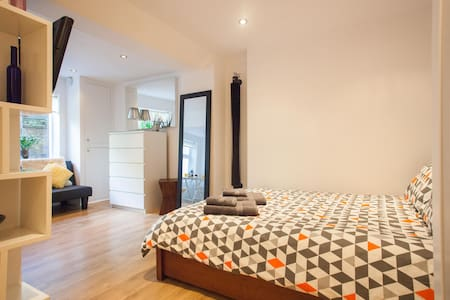 Fantastic New Flat - Top Transport Links Sleeps 3 - Apartemen