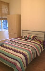 Double bedroom in a family home - Londres