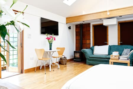 Our clean, comfortable, contemporary studio garden room is perfect for a short break.  Great space for 1 or 2 guests, parking, equipped kitchen, tv and wifi.  Cheltenham town centre is a pleasant walk away or easily accessible by bus or car.