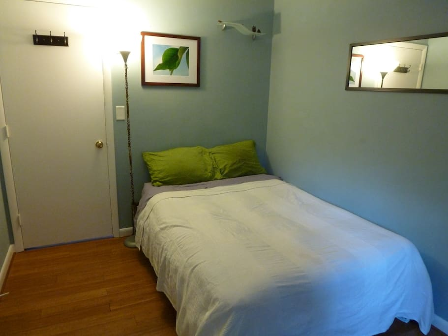 Room for reservation of 1 or 2 people. Bamboo floors, sunny and tranquile with a full size mattress, option of twin