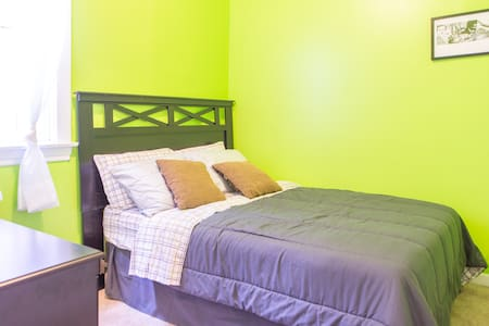 Comfortable Room 10 min to Downtown