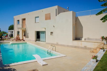 Moderna Villa con piscina al mare - Villa