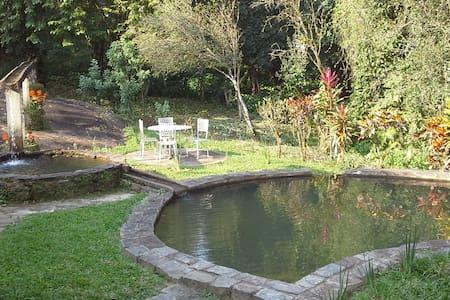 Sitio cercado por cachoeiras e rio - Cachoeiras de Macacu - Casa