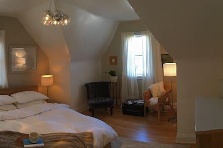 Beautiful Century Home Apartment - Kitchener