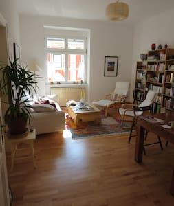 bedroom in 80m2 apt quiet & central - Lakás