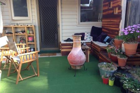 Cozy home with backyard - Rumah
