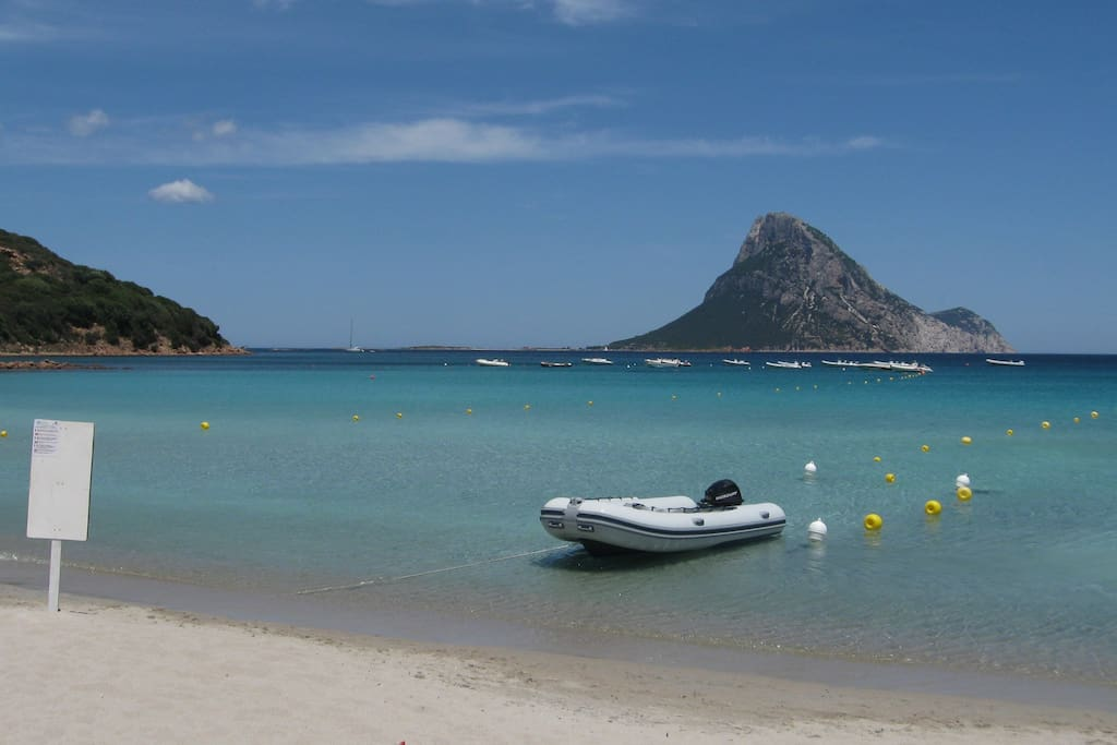 Spiaggia Porto Taverna, a dieci minuti di auto dalla casa