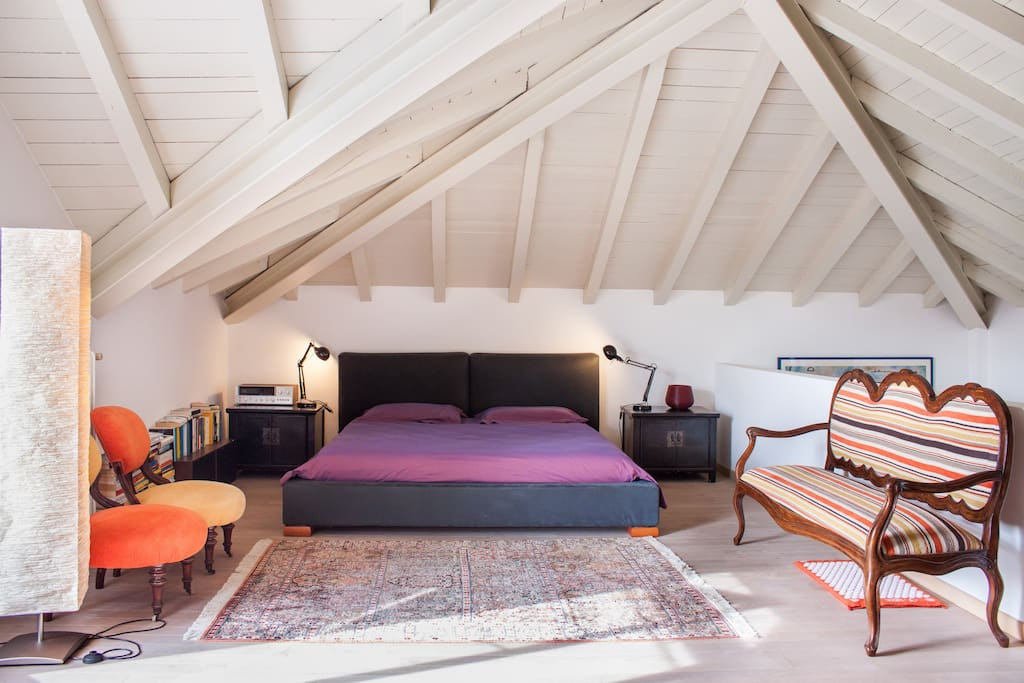 1st floor bedroom, a kingsize bed.