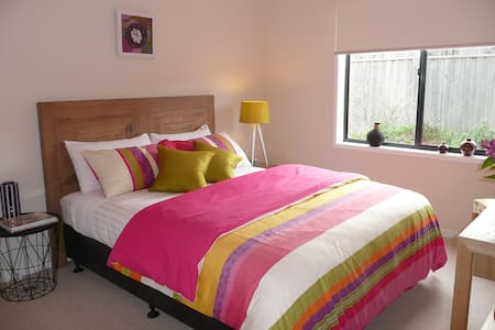 Modern, private bedroom with access to local gym - Point Cook - Bed & Breakfast