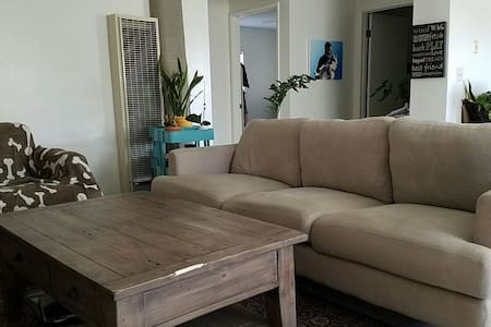 Couch close to Metro for exploring - Apartment