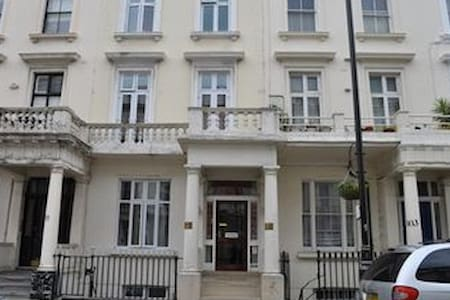 Bed & Breakfast in Victoria, London