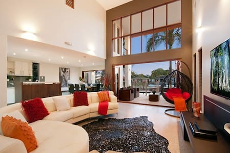 THE VILLA -LUXURIOUS ELEGANCE - Broadbeach Waters