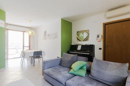 Camera in appartamento a 500 metri dal mare - Huoneisto
