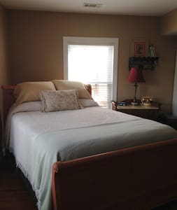 Prince~Fleming Haus/Queen/Downstairs - Bed & Breakfast