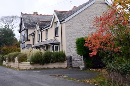 Hendre Gwyn Cottage- 4 star rated - Huis