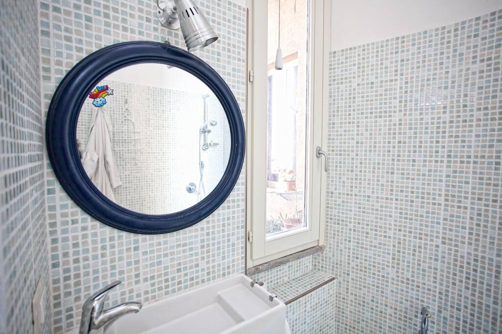 toilet with wide window. bagno nuovo con finestra