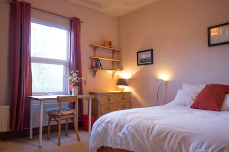 Sunny double ensuite room in great location - Huis