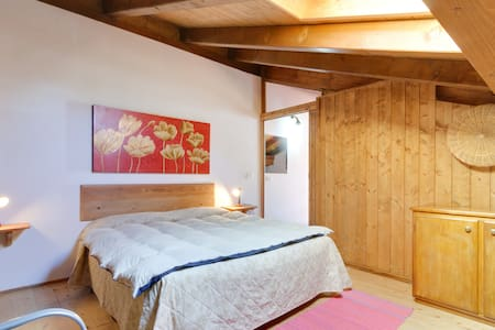 In Val di Sole, under the imposing Dolomites is the small village of Cassana. In this beautiful landscape, we offer for rent a large apartment in typical style from 6 people to all lovers of the mountain.