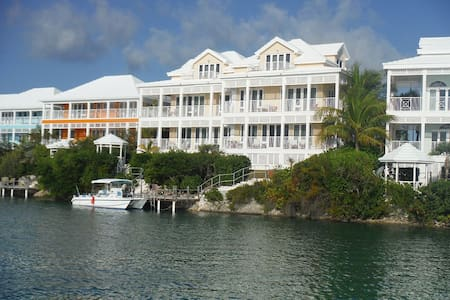 NiceVilla Waterfront with a dock. close to pool. - Villa