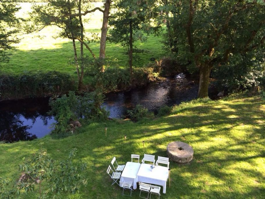 Le jardin, met daarin de oude molensteen